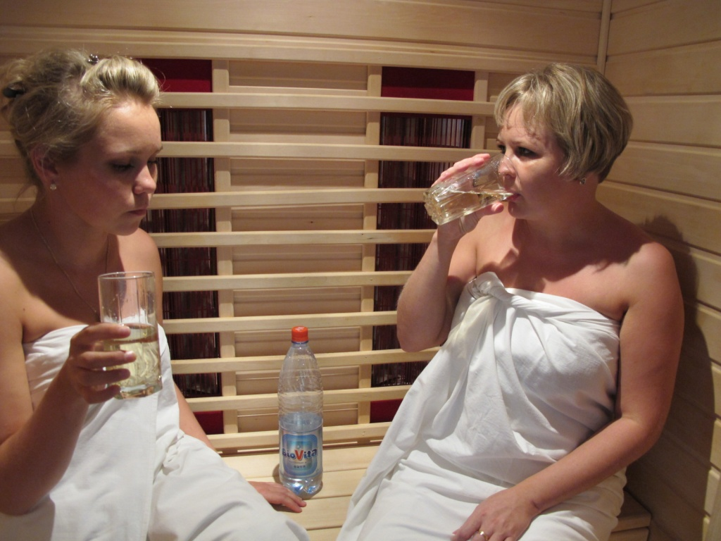 В ИК сауне надо пить минералку, чтобы избежать обезвоживания