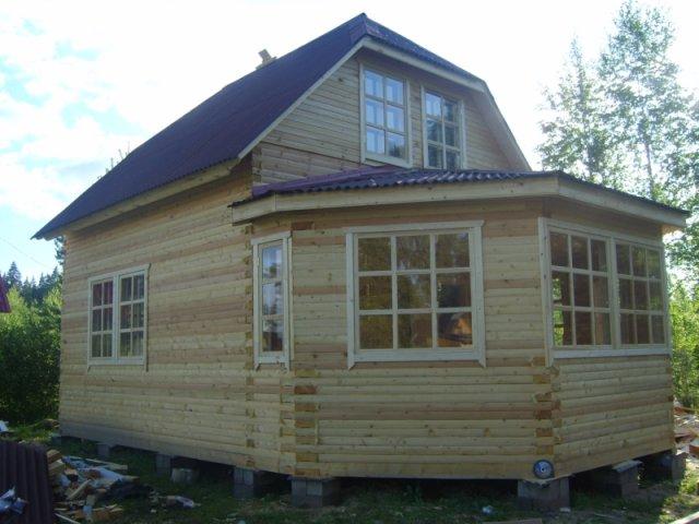 Дом с баней из тесаного бруса.