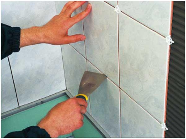 Необходимо следить, чтобы между рядами плитки оставался одинаковый зазор