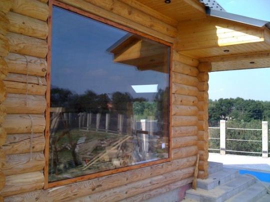 Окна для бани могут быть самыми разными, тут все зависит от предпочтений хозяев