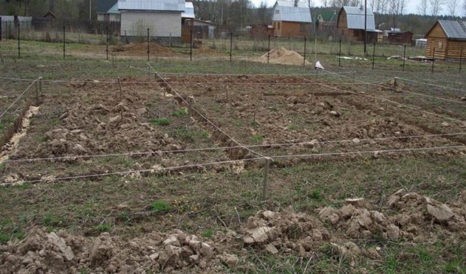 Прежде чем начать земляные работы надо провести разметку территории