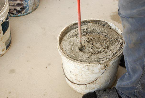 Раствор надо замешивать с помощью строительного миксера