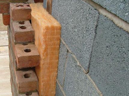 Стены из блоков придется утеплять