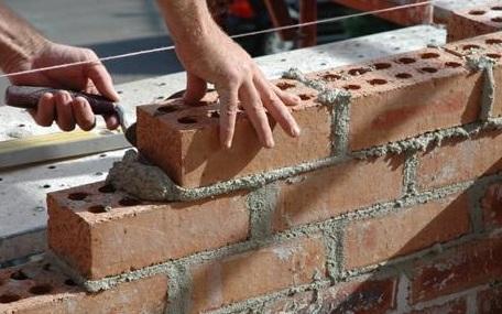 Чтобы кирпичи ложились ровными рядами, следует натягивать строительную нить