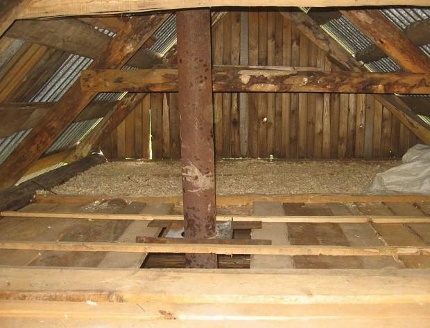При использовании для утепления потолка смеси из глины и опилок