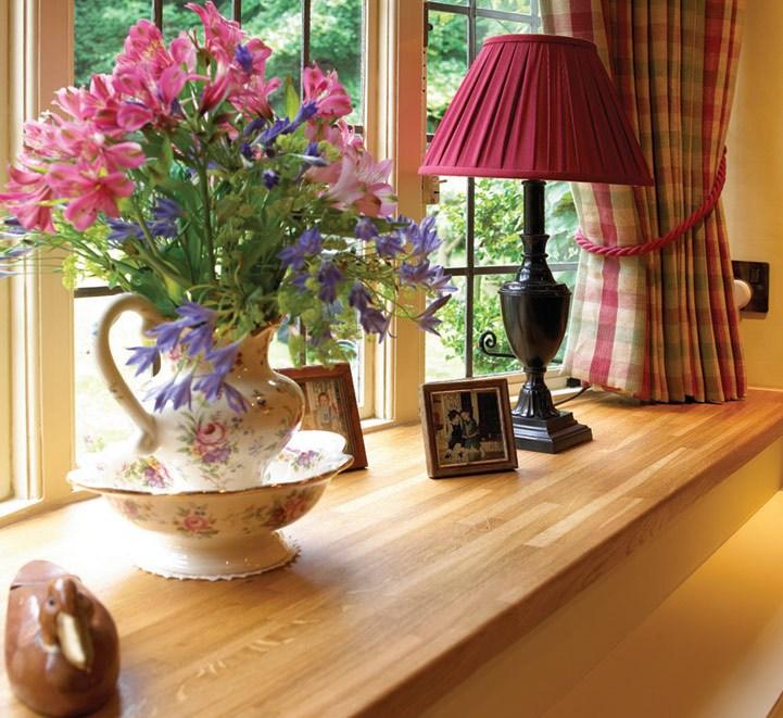 Вместе с окнами покупают подоконники, наличники и другие декоративные детали