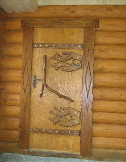 Деревянные двери прекрасно вписываются в общий облик бани