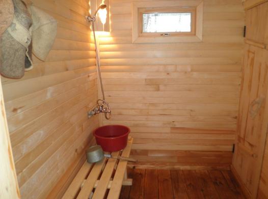 Душ в бане может быть и деревянный с проливным полом