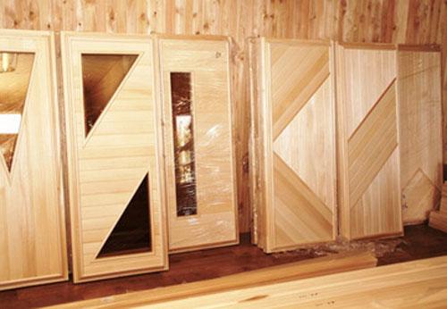 Материалы для дверей бани могут разными