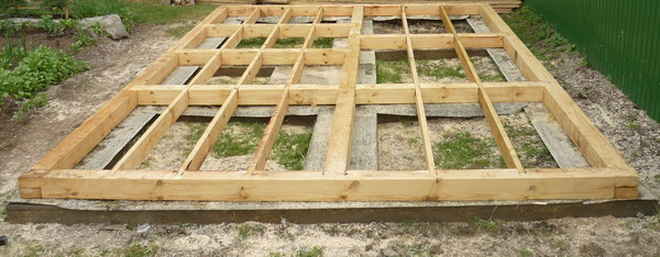 Мелкозаглубленный фундамент подходит для деревянных бань