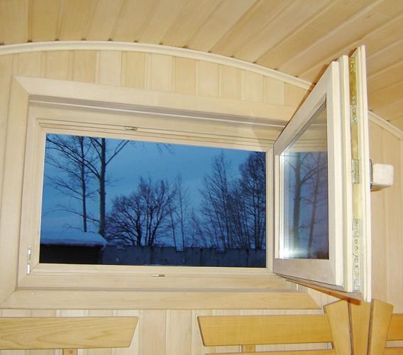 Окно должно вписываться в общий облик бани и по размерам тоже