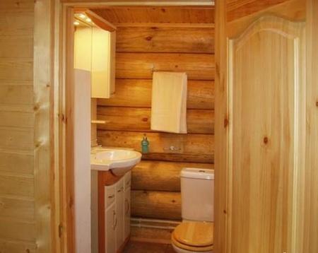 Располагать туалет в бане надо так, чтобы он не привлекал к себе лишнего внимания