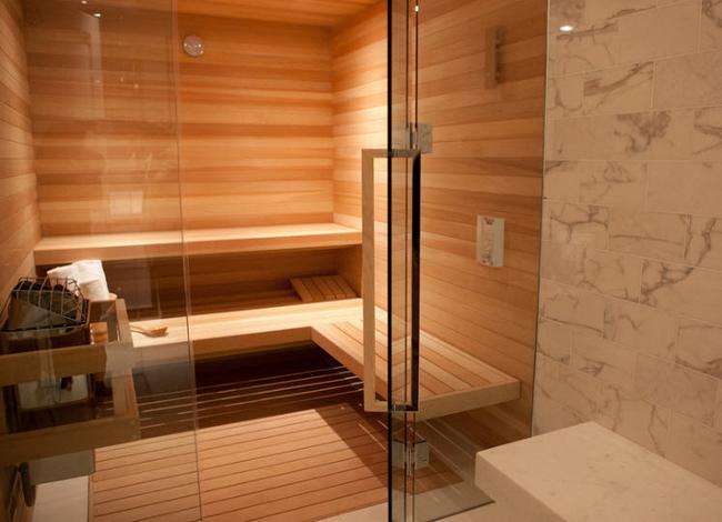 Сегодня очень популярны стеклянные двери для бани