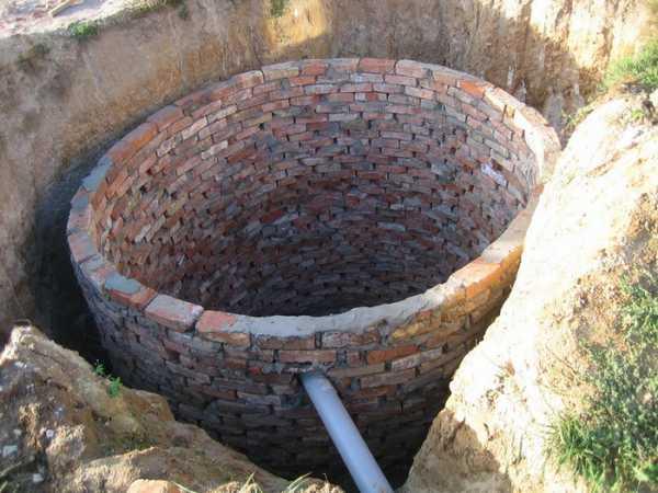 Укрепление стенок сливной ямы с помощью кирпича