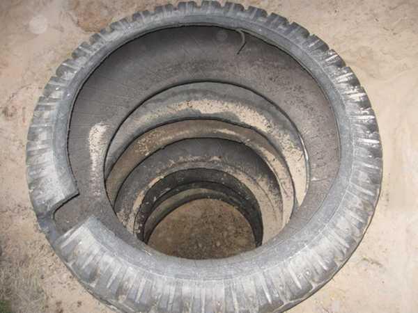 Выполнение сливной ямы с помощью старых шин